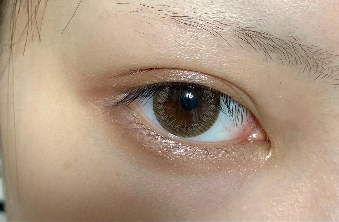 ①涙袋を作りたいので目尻から黒目の真ん中までハイライトをのせる。
