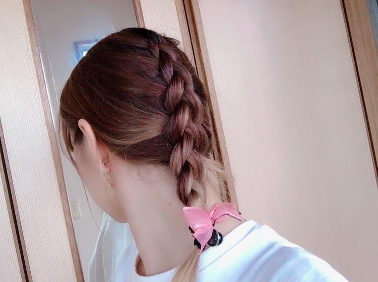 髪の毛 撮るの難しいです笑  裏編み込みで上から可愛くしました◎ 今日は服装がシンプルだったので、下にリボンのついたゴムを使ってアクセントに◎