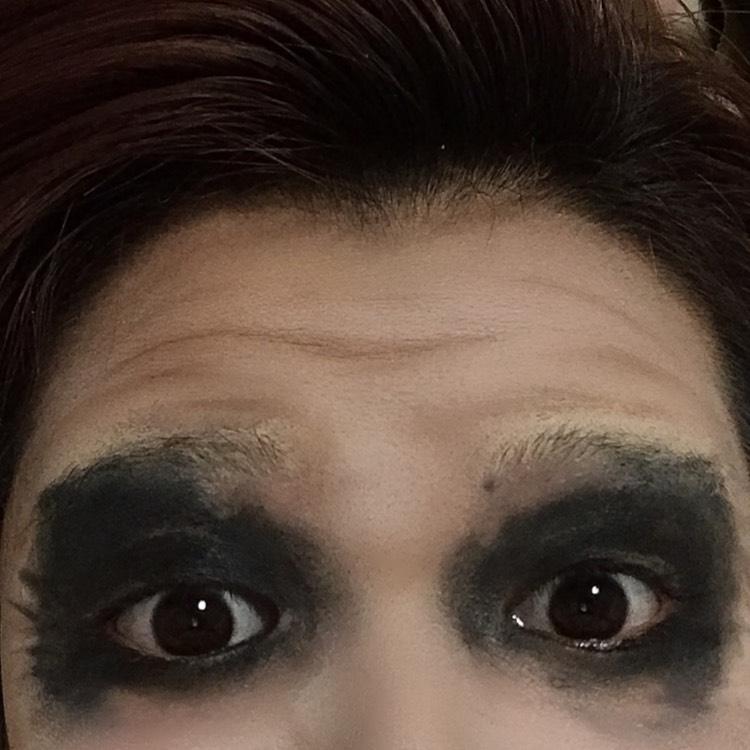 だから物凄い汚い。けど、それがジョーカーらしい。 皺はどうしても出ないから眉間やおでこにノーズシャドウのブラウンで書いてくよ
