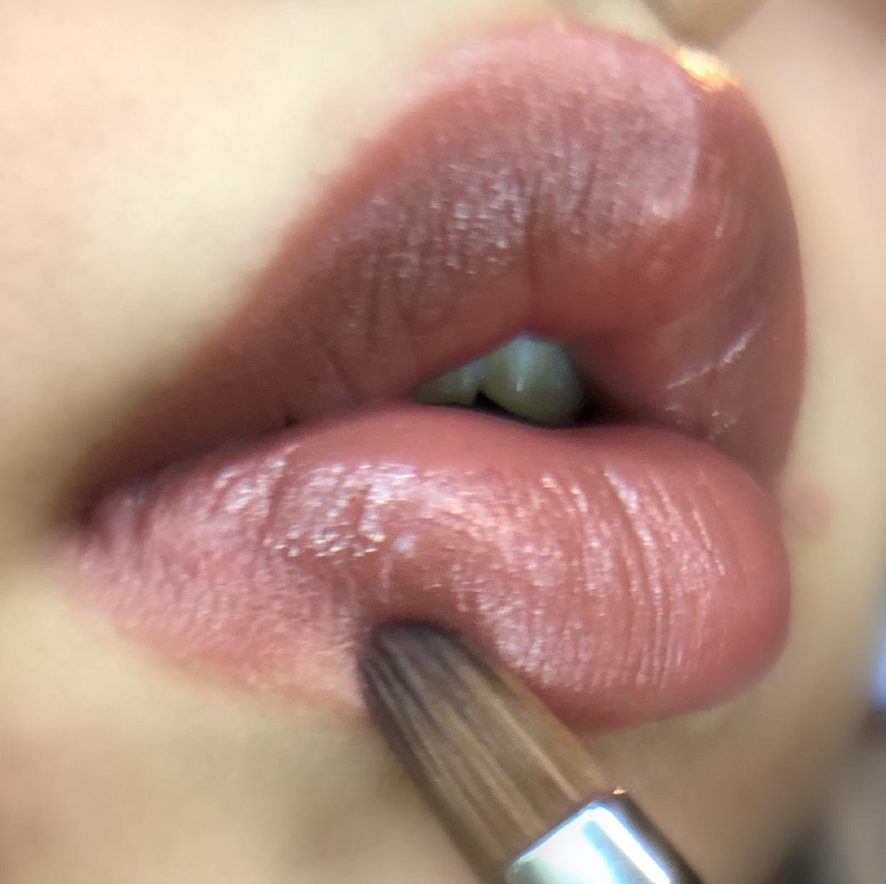 リップブラシを使って自分の唇よりオーバーに形を整えます。