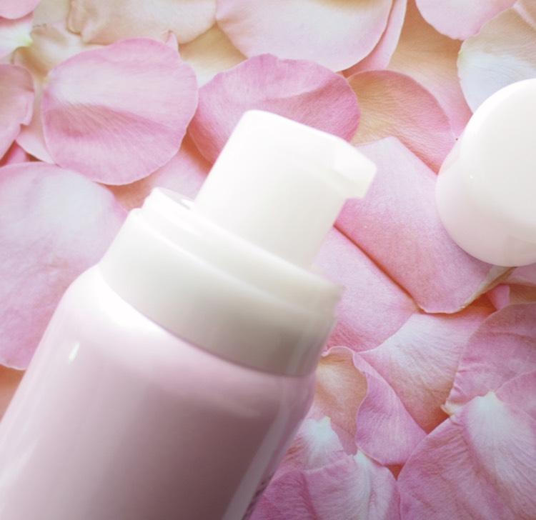 MAKEY専属クリエイター「こばしり。」さんプロデュースコスメの第2弾として、炭酸美容液が新発売!メイクに敏感な10〜20代の女性も買いやすいリーズナブルな価格ながら、肌にハリと透明感を与えながら保湿するという高品質にこだわった炭酸美容液。ヒアルロン酸やローヤルゼリー配合で、メイクの土台となる肌作りをサポートをしてくれるアイテムとなっています◎
