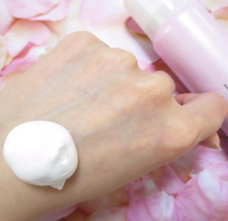 美容液は、このように濃密なバブルの泡で出てきます。 洗顔後、化粧水で整えたあと、スプレー缶から美容液を出して顔全体へ塗布。2〜3分置いてなじませるだけ!