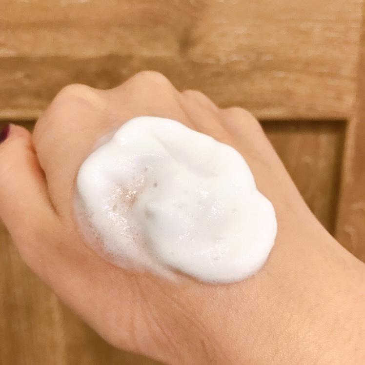 直径2〜3cmの量をとり、化粧水で肌を整えた後目や口を避けて顔全体に塗ります。2〜3分おいて馴染ませて終了!洗い流す必要がないです。