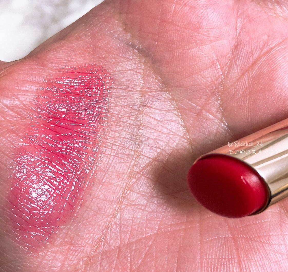 スルっと引っかかりなく塗れて、ベタつきはあまり感じません。 これぞ赤リップ!という色味ですが透ける発色なので、気負わず使えるところが◎。