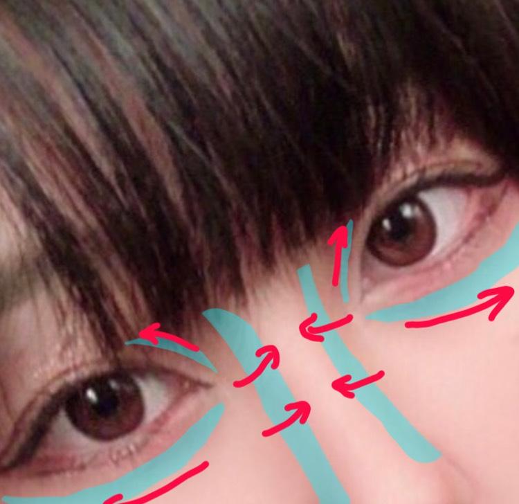 目の周りにケイトのアイブロウペンシルを使って影を入れます。  涙袋の下は笑ったときに影ができる部分に、まぶたの影は思い切り目を開いた時に影ができて三重になりそうな部分にペンシルで線を入れて赤い矢印の方向へぼかします。  この時、切開まできちんと影を入れます。目の膨らんでいる部分を囲むように線を入れると違和感なく影を入れることができます。  ノーズシャドウにはセザンヌのノーズパウダーを使います。ぼかす時は内側へぼかします。野の花様が言ってました。(信頼度100%)