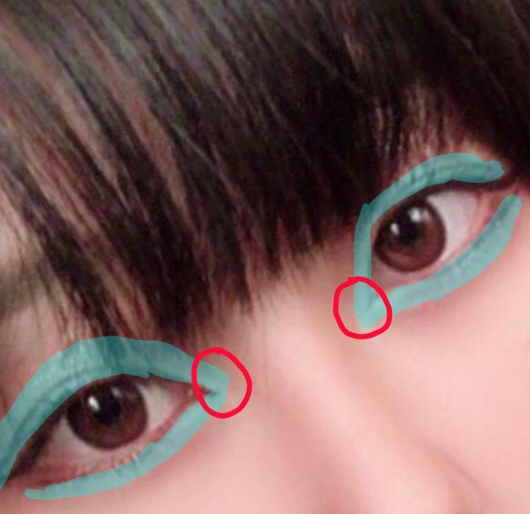 次にキャンメイクのアイシャドウの左上にある白っぽい色を使って青い場所にハイライトを入れます。赤マルの部分は少ししっかり目に入れましょう。私は筆ではなく付属のチップの方が固くて細かい部分まで入れやすいのでそちらを使って入れています。目の山になっている部分を意識して光を強調するようにハイライトを入れます。