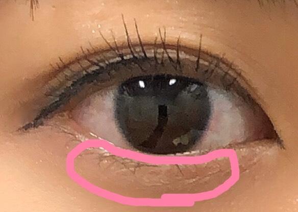 アイホールには、アイシャドウのホワイトを。 二重幅には、ブラウンを目頭側から入れていきます。 つり目気味の方は、目頭側が濃いと、たれ目に見えやすいです!