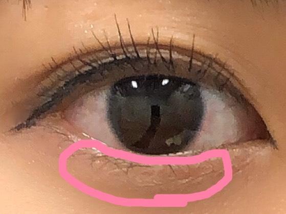涙袋には、白のシャドウを! 黒目の下に多くいれていきます。