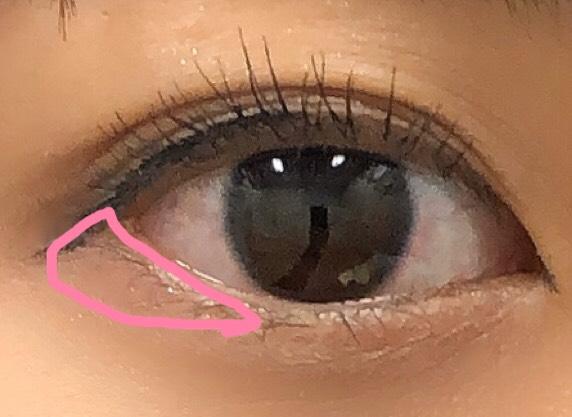 目尻側に、ピンクのアイシャドウをいれます。 目に近いところを濃いめにすると、目が大きく見えます!  ※目に近いところは、ピンクライナーをいれると、より大きく見えます!!