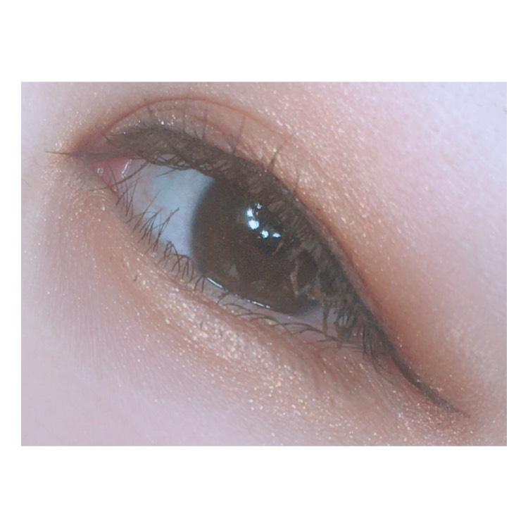 目の下 ケイトのダブルラインフェイカーで涙袋を書きます 書いたら綿棒でぼかします
