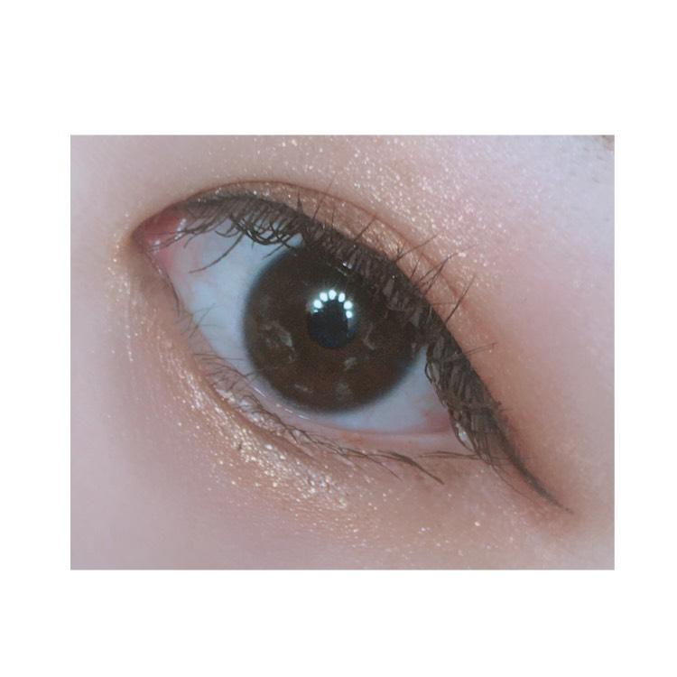 エスプリークのセレクトアイカラーで黒目の上の部分と目の下をキラキラさせます