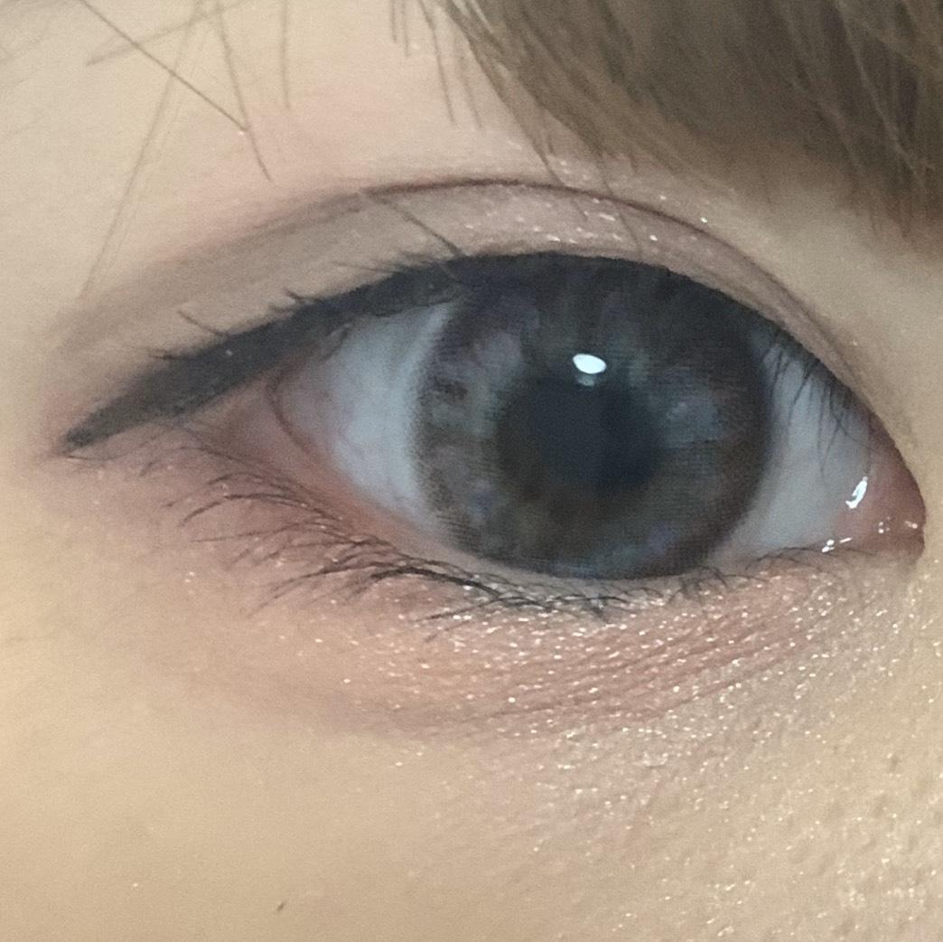 アイラインは目の形に沿うように。 今回はアンニュイをイメージしているのでまつ毛は毛先のみ軽くビューラーで上げます。(上げすぎには注意!)  マスカラ、アイライン共にブラウンを使用します。 (黒を使うと目元がハッキリとした印象になってしまうので...!)