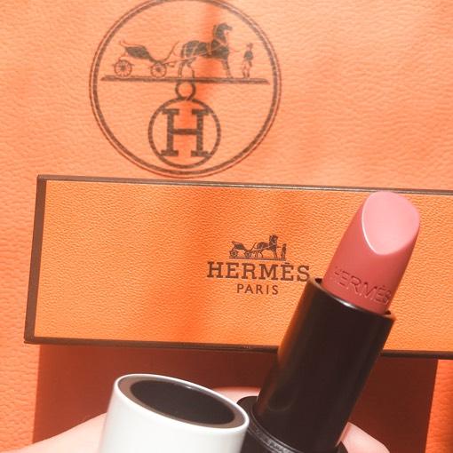 「ローズ・アンサンス 18」 スモーキーでベージュがかった上に、柔和な優しいローズが重なる色となっていて、自然な発色なんです。 落ち着いてるカラーで、唇の素の色に馴染んでくれてるので気に入っております。この春おすすめです!