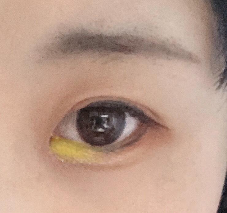 CEZANNEのふたえアイライナーを涙袋に引いてから、目頭にティアーアイライナーを塗ってぼかします。