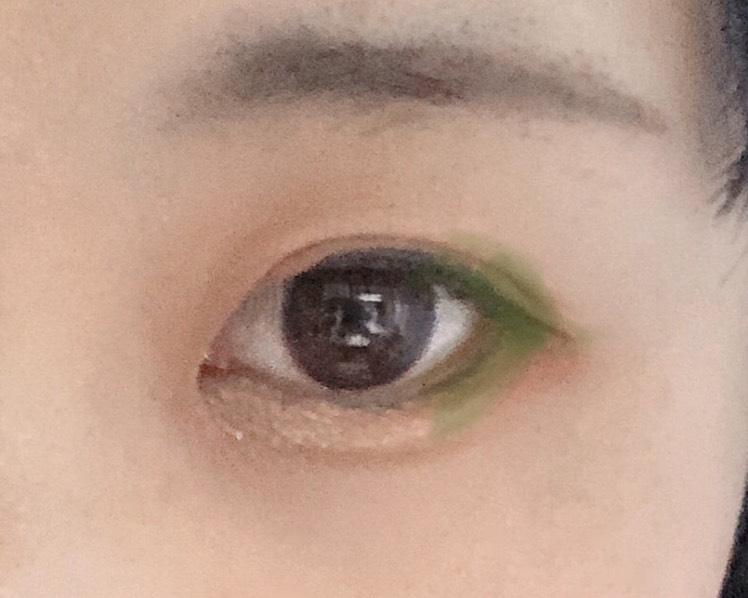 目の際に4のカラーを塗る 下のアイラインも緑のところまで細く引く。埋める感じで!