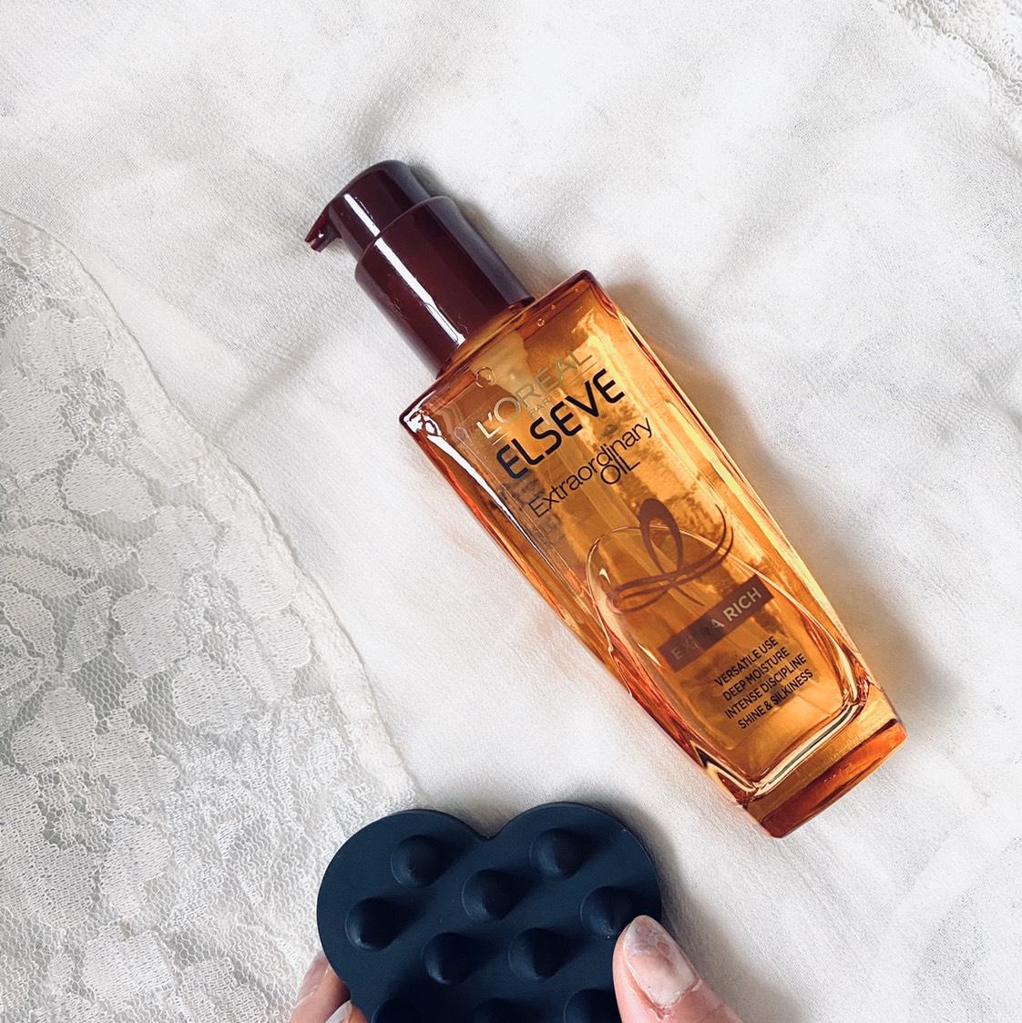 お風呂の中で毛先中心に揉み込みながら、ヘッドブラシでマッサージ。 血行が良くなり髪も艶々に♡ スタイリングする時にはウェットな状態でオイルを揉み込むとしっとりツヤッと仕上がります。