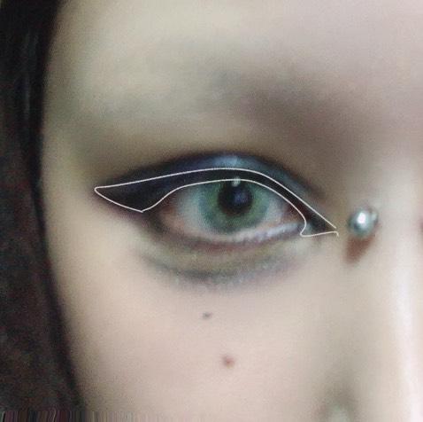 アイシャドウで下瞼の目の際に黒を乗せたので馴染ませるように少し目頭のアイラインをくの字にしてあとは元がツリ目気味なので目の形に合わせて猫目風にアイラインを引きます。この時のアイライナーはキスミーのフェルム ラスティングアイライナーEX01です。 同時に二重を作った部分を強調するためKATEのスーパーシャープライナーで二重線を延長させます。